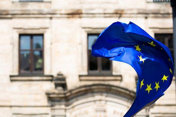 european_flag_waving