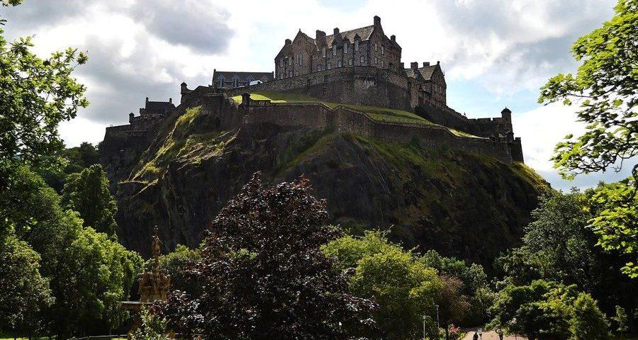 Edinburgh castle by Kevin Phillips on Pixabay